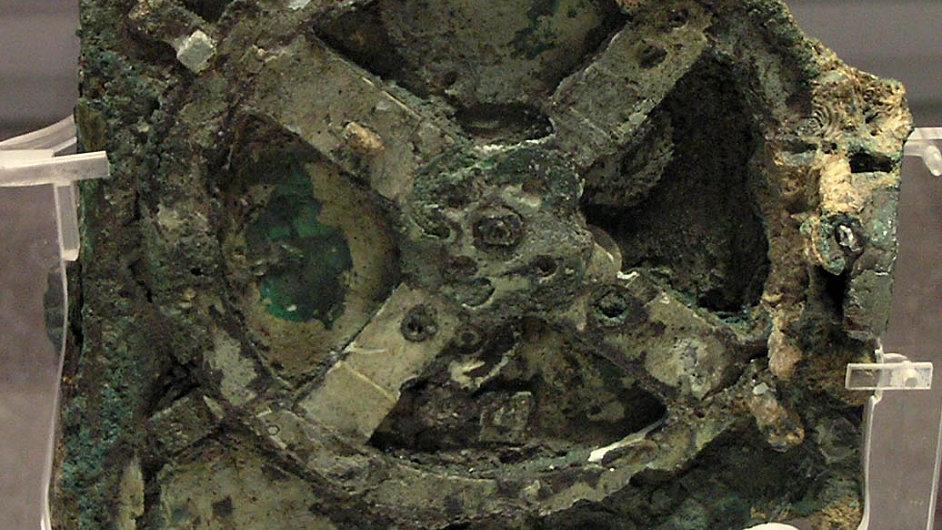 Mechanismus z Antikythéry je k vidění v Národním archeologickém muzeu v Athénách.