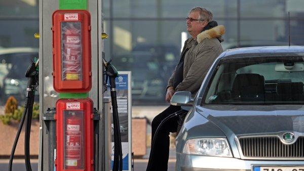 Nafta už stojí 23,50, benzin klesl pod 26 korun - Ilustrační foto.