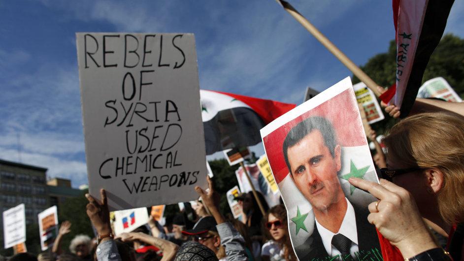 Protesty proti intervenci v Sýrii na Union Square v New Yorku