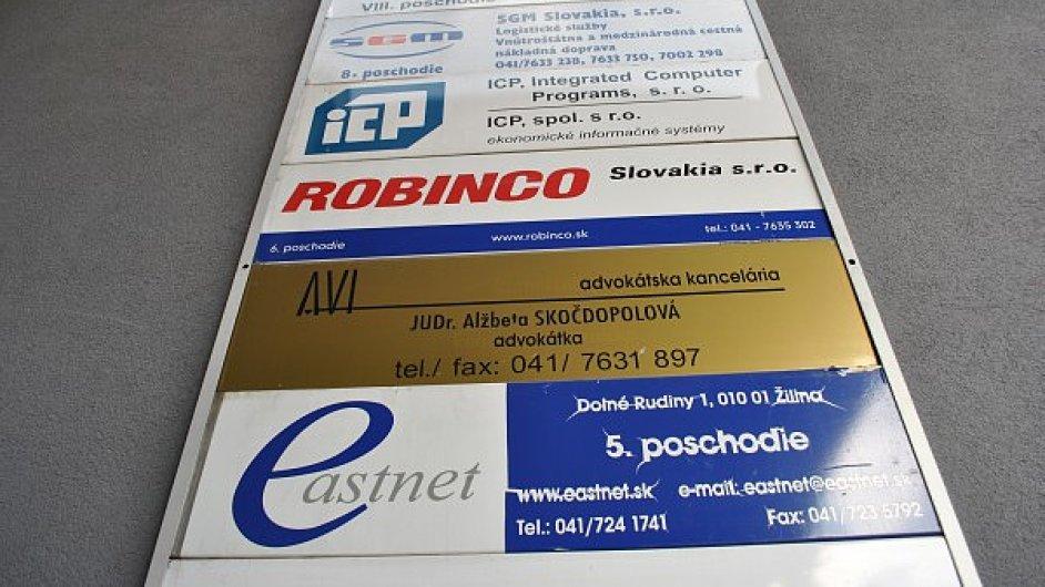 Firmy, na jedné adrese, tabulky u vstupu do budovy. Ilustrační foto