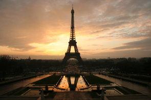 Z Eiffelovky už se turistům opět točí hlava. Stačí se projít po prosklené podlaze