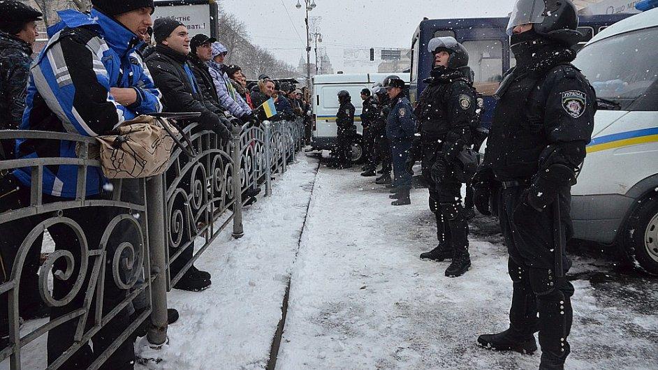 Ukrajinci protestují na kyjevském Majdanu už od loňského listopadu.