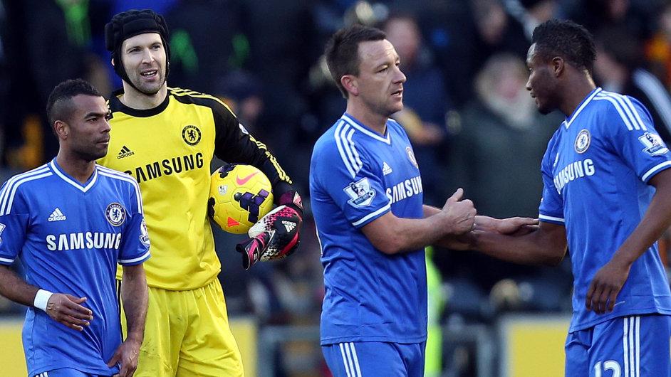 Hráči Chelsea s Petrem Čechem (druhý zleva) po utkání anglické ligy s Hullem City
