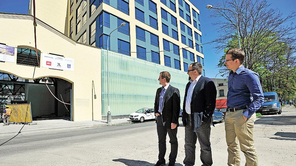Socialbakers (zleva Jiří Voves, Josef Šlerka a Jan Řežáb) se budou brzy stěhovat do nových prostor ve Foru Karlín.