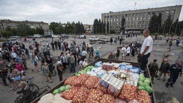 Prvním a nejdůležitějším krokem je výrazné zintenzivnění humanitární pomoci Ukrajině,