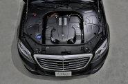 Jedno z nejv�t��ch nov�ch aut, prodlou�en� verze Mercedesu t��dy S, pat�� z�rove� mezi nej�sporn�j��.
