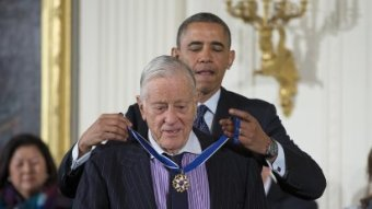 �P�em�nil ty noviny v jedny z nejkvalitn�j��ch ve sv�t�,� �ekl o Benu Bradleem prezident Obama, kdy� mu p�ed�val nejvy��� americk� civiln� vyznamen�n� � Medaily svobody.