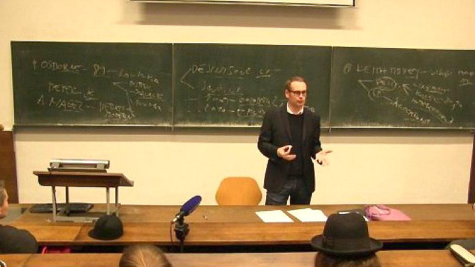 Karel Císař při přednášce na UMPRUM přenášené Českou televizí.