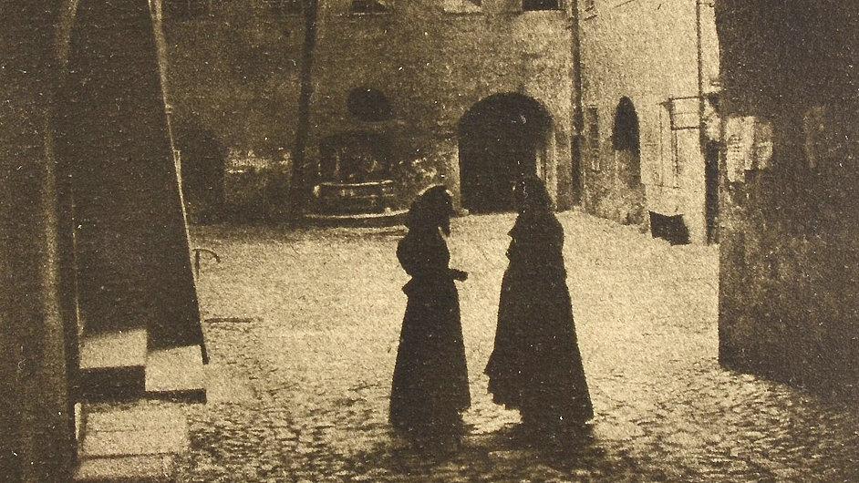 Do aukce jde i Drtikolův olejotisk z roku 1911 nazvaný Z dvorků a dvorečků staré Prahy.