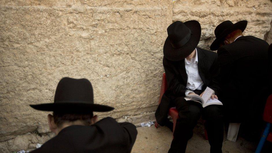 Ultraortodoxní Židé se modlí v Jeruzalémě.