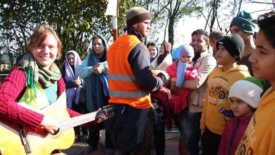Na srbsko-chorvatském hraničním přechodu Berkasovo-Bapska, kudy prochází uprchlíci, pomáhají dobrovolníci z takzvaného Czech Teamu.