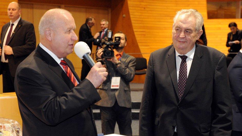 Prezident republiky Miloš Zeman (vpravo) přijel  7. prosince na návštěvu Ústeckého kraje. V Ústí nad Labem ho přivítal hejtman ÚK Oldřich Bubeníček (vlevo). Na snímku na setkání se členy krajského zas