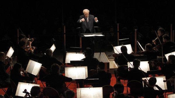 Pierre Boulez na snímku z roku 2011 diriguje Paris Orchestra.