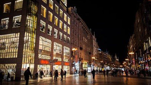 Agentury turisty do Prahy l�kaj� na pohledn� �eny, bary, ale i architekturu. - Ilustra�n� foto