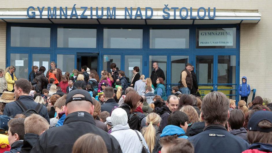 Na osmileté gymnázium se v Česku hlásí tisíce dětí. Uspěje ani ne každé druhé. V pondělí začaly přijímací zkoušky a před pražskými gymnázii se tvořily fronty.