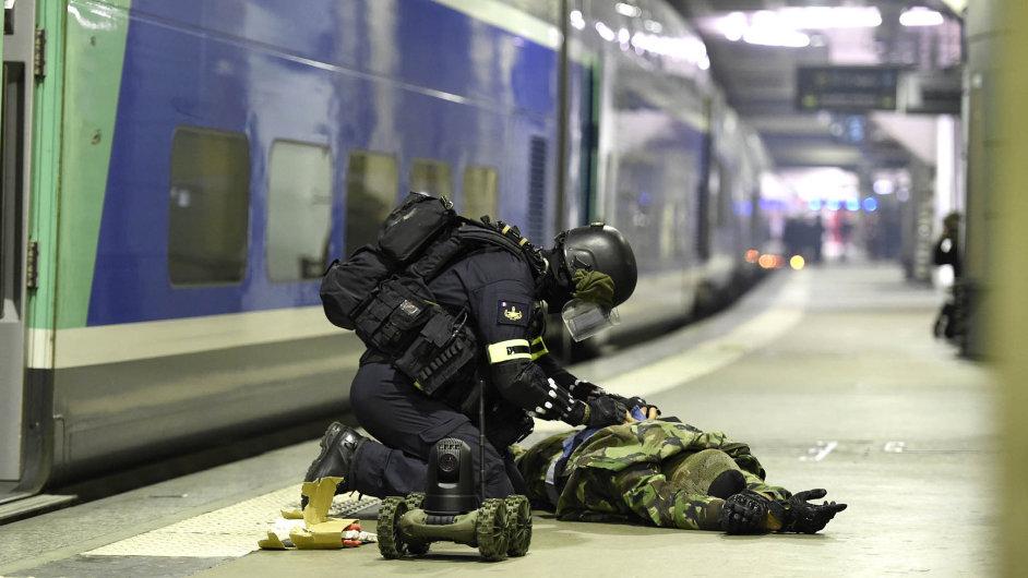 Příprava na útok. Na pařížském nádraží Montparnasse se 20. dubna uskutečnila simulace teroristického útoku.