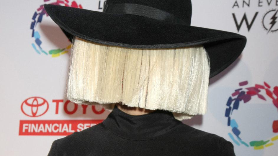 Právo žen rozhodnout o potratu podporuje například australská zpěvačka Sia. Na snímku je z letošního koncertu na podporu LGBT menšin.