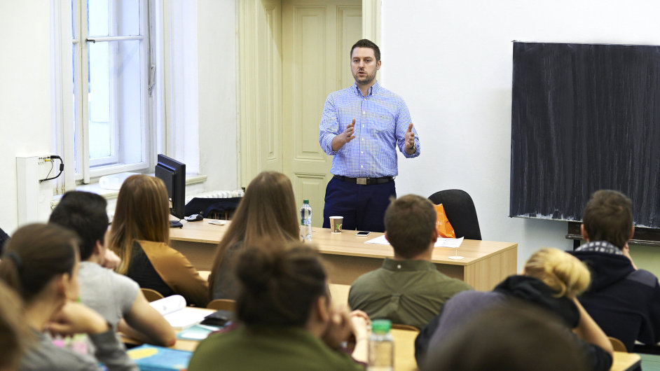 Robert Chmelař, ředitel marketingu a komunikace ING Bank, byl jedním z bankéřů, kteří přednášeli na školách kvůli kyberbezpečnosti.