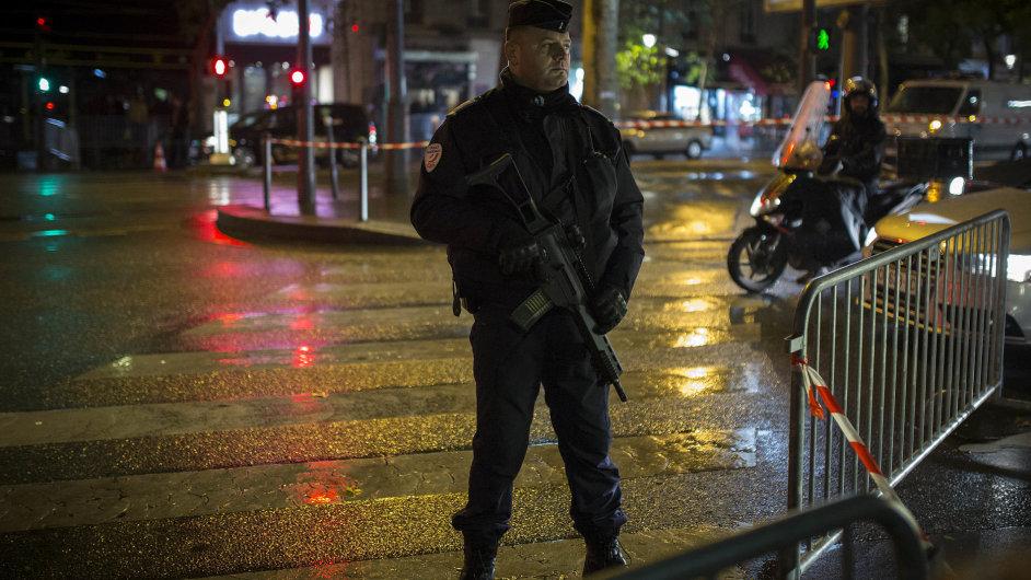 Francouzský policista nedaleko klubu Bataclan, kde se v sobotu večer konal koncert zpěváka Stinga.