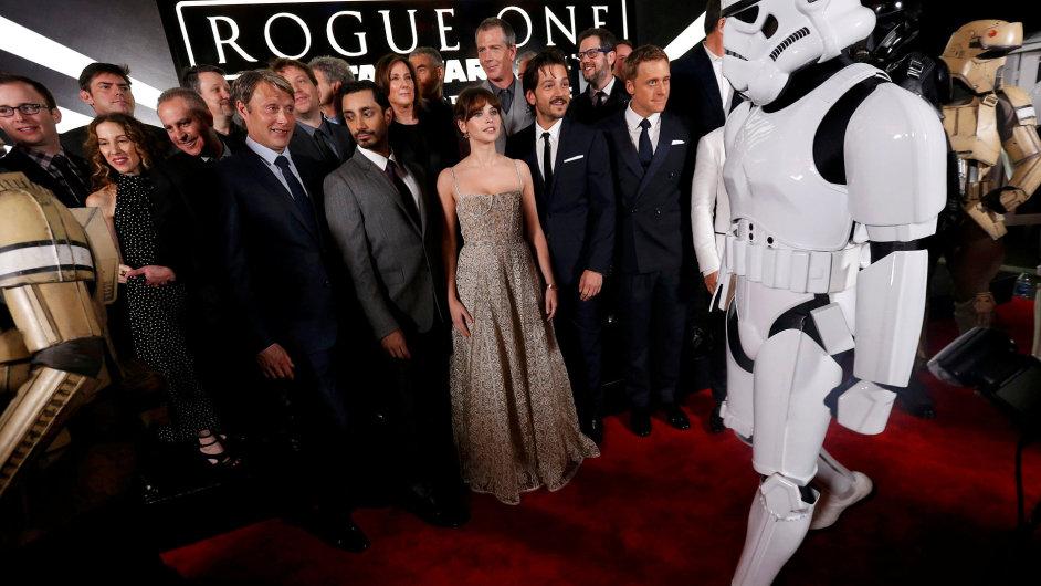 Na snímku ze sobotní premiéry v Hollywoodu je štáb filmu Rogue One: Star Wars Story s postavou převlečenou za stormtroopera, tedy vojáka impéria.