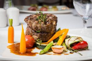 Sváteční menu podle šéfkuchaře hotelu Savoy: Avokádový tartar a telecí rib eye steak