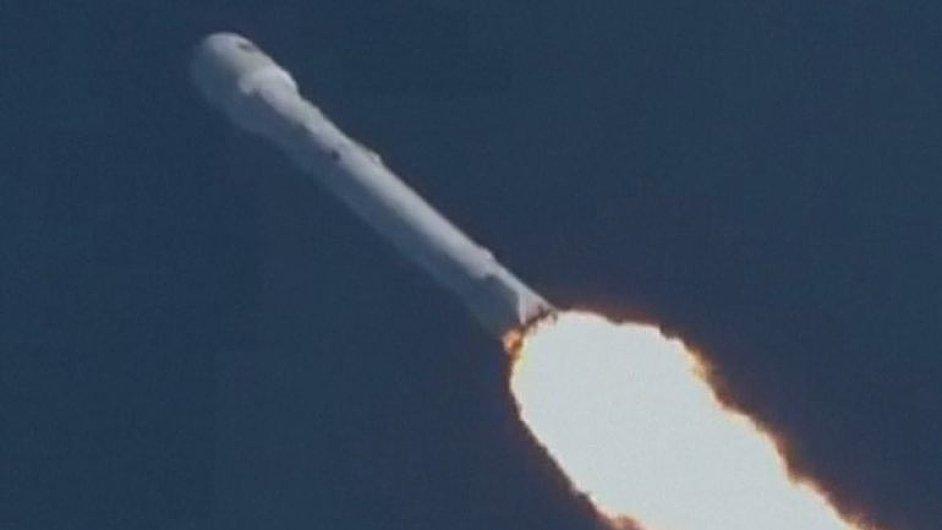Historický okamžik. Použitý první stupeň opět vynesl raketu do vesmíru a vrátil se