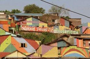 Indonésané přemalovali slum, teď se mu říká Duhová vesnice. Místní doufají, že přilákají turisty