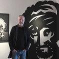 Jaromír 99 vystavuje práce, za jejichž styl vděčí Kafkovi. Tváře našel nasudetských náhrobcích