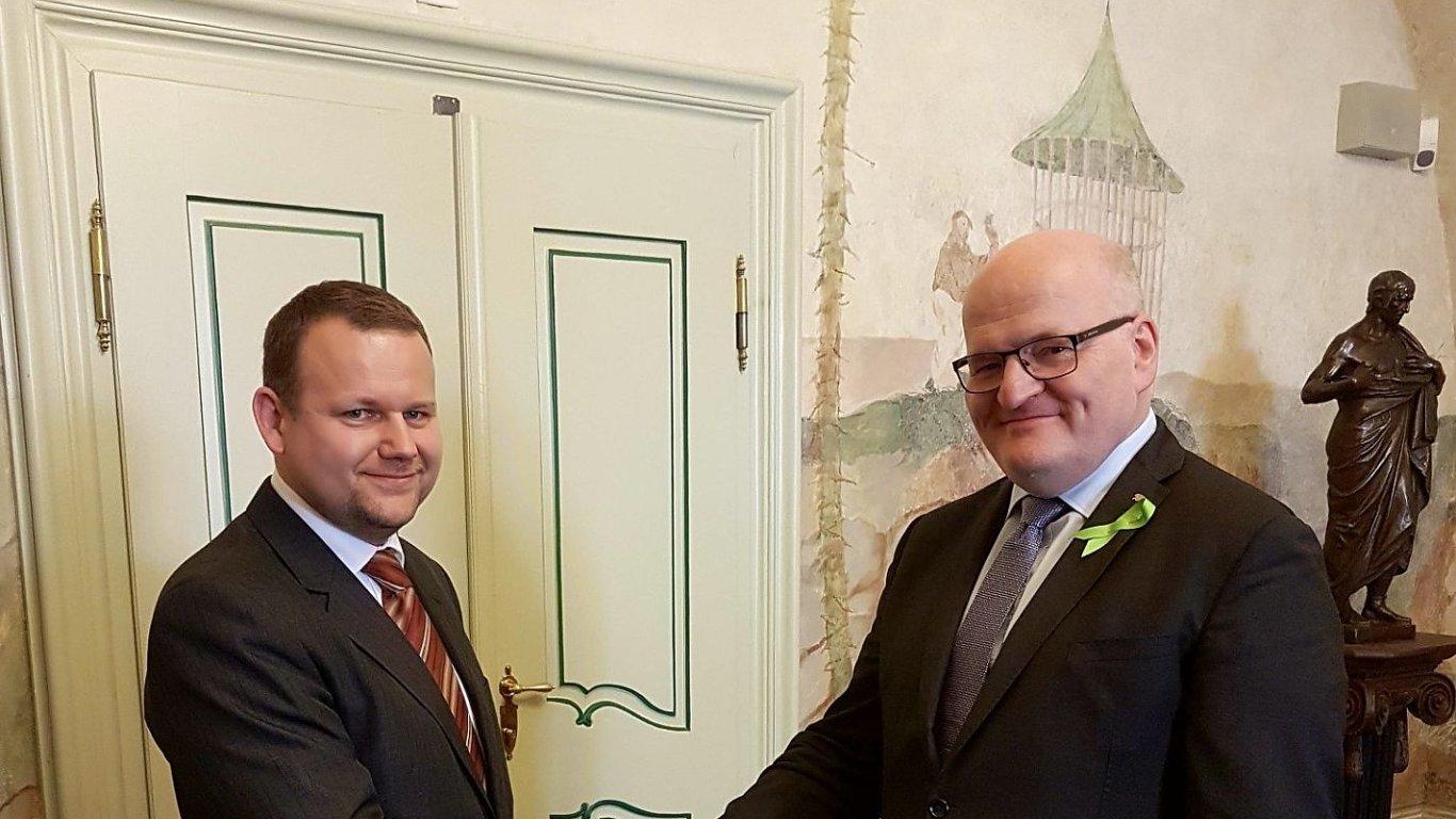 Na snímku ze středečního jmenování je nový ředitel Národní knihovny Martin Kocanda a ministr kultury Daniel Herman.