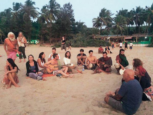 Ježíš a dvanáct učedníků na pláži Kudle Beach, kde hippie časy ještě pořád neskončily.
