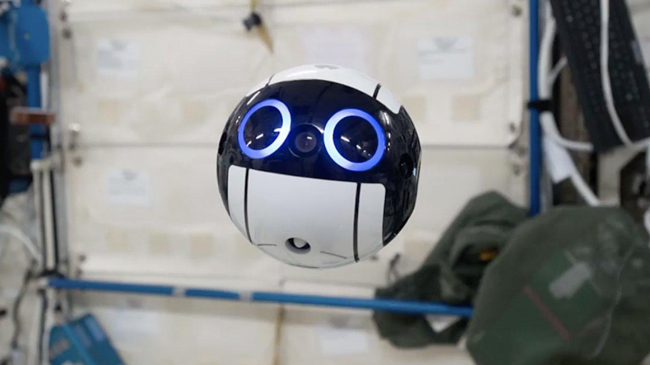 Roztomilého vesmírného robota lze ovládat ze Země