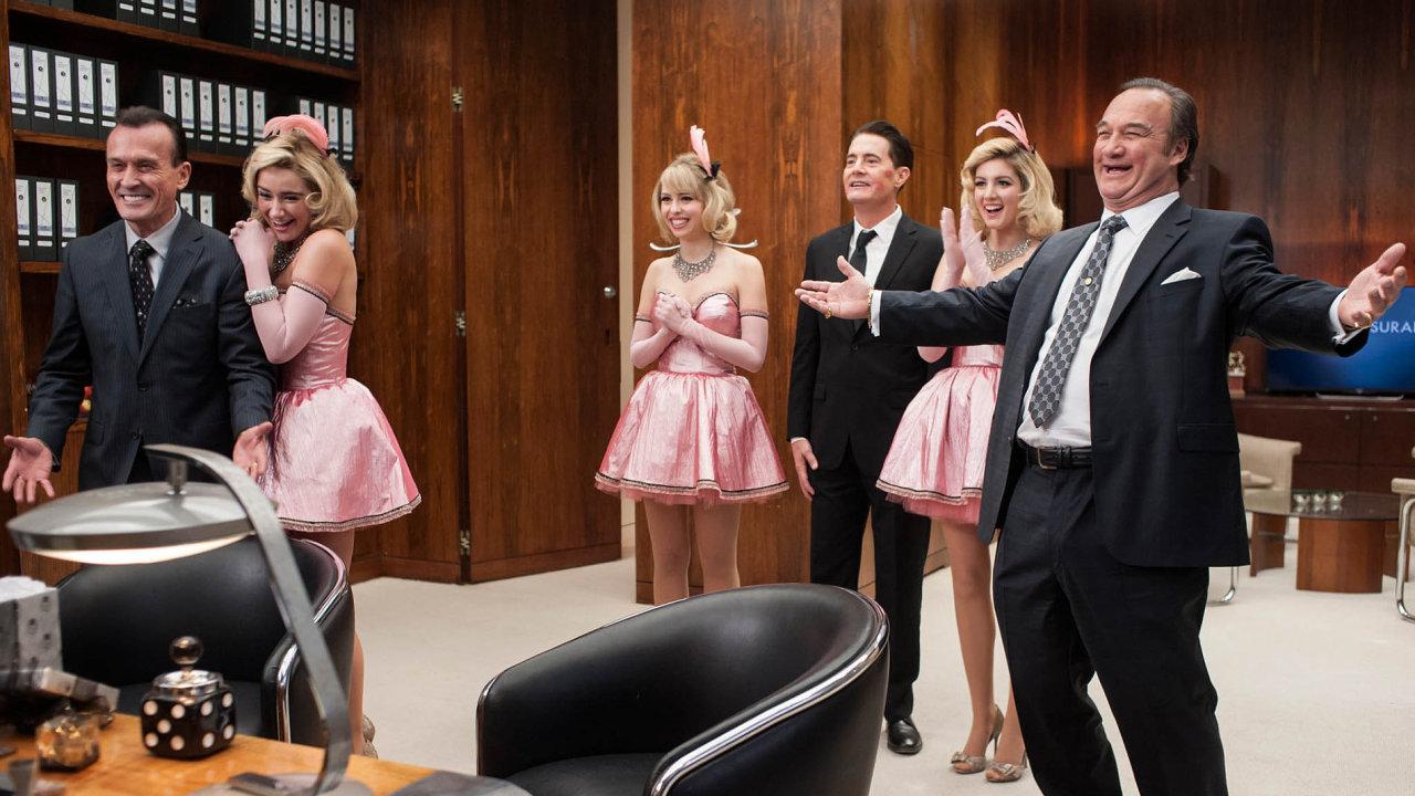 Dobrácký jelimánek agent Cooper (hraje ho Kyle MacLachlan, uprostřed) vseriálu Twin Peaks tajemně vklouzl dotěla pojišťováka Dougieho Jonese.