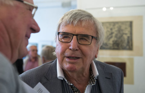 Na snímku ze zahájení výstavy v Galerii Hollar je grafik Vladimír Suchánek.