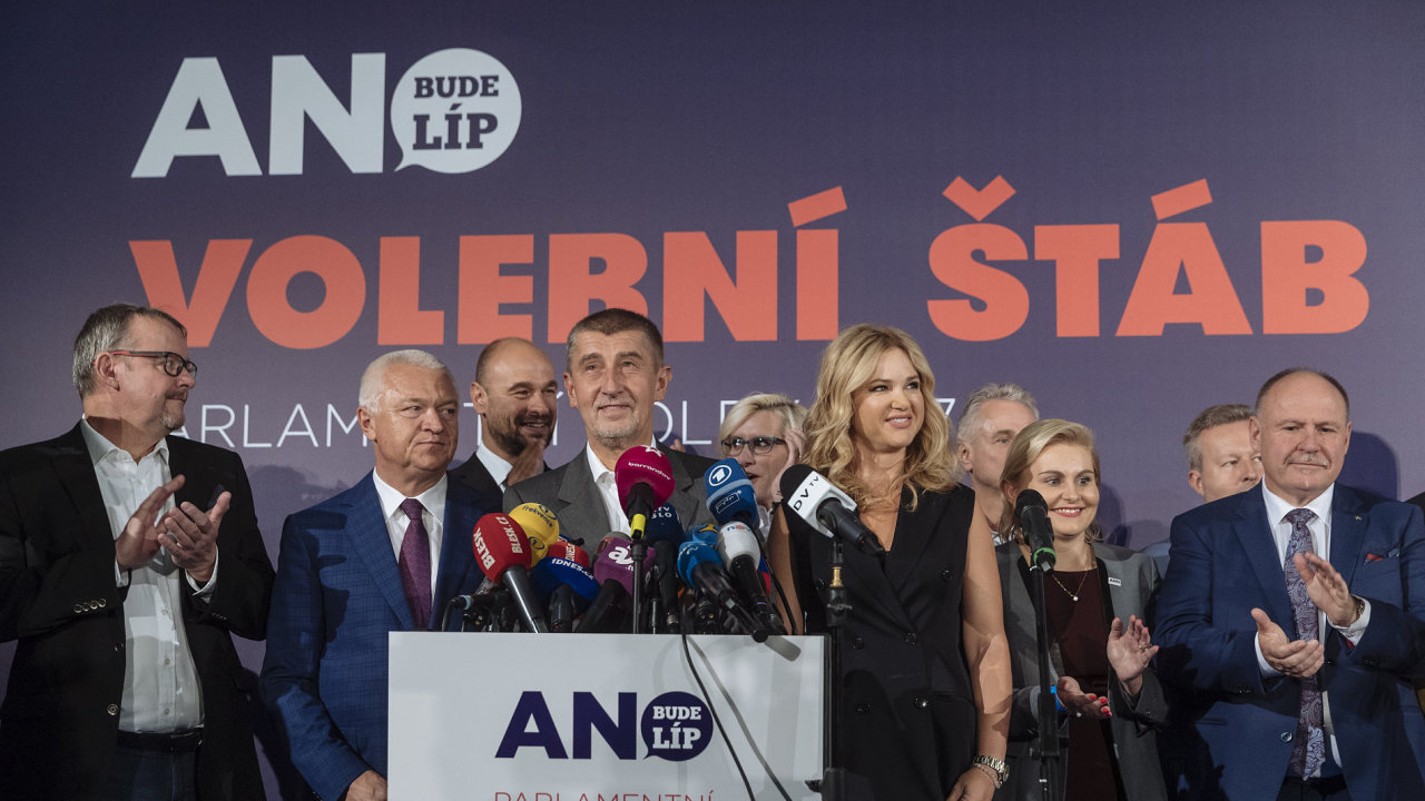 Volební štáb ANO má důvod k radosti, ve volbách se hnutí dařilo lépe, než se očekávalo.
