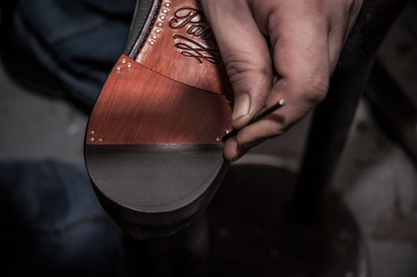 Švec Michal Pavlas vyrábí luxusní koženou obuv na míru.