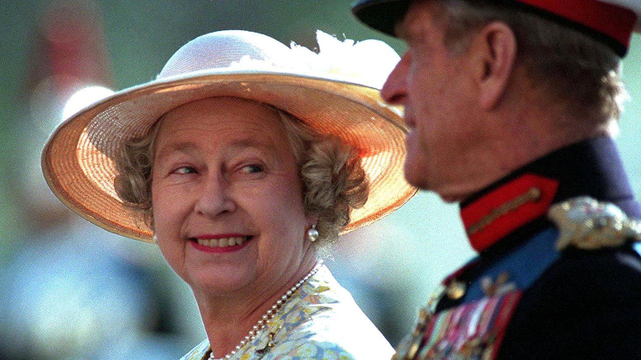 Královna Alžběta II. a Princ Philip na přehlídce.