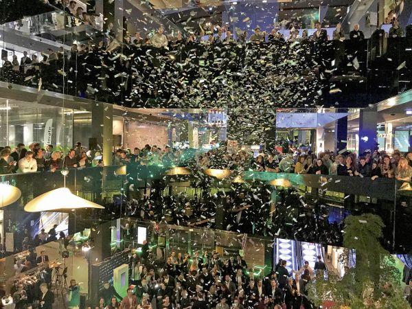 Pátek 17. listopadu. Po třech měsících fungování přišlo slavnostní otevření