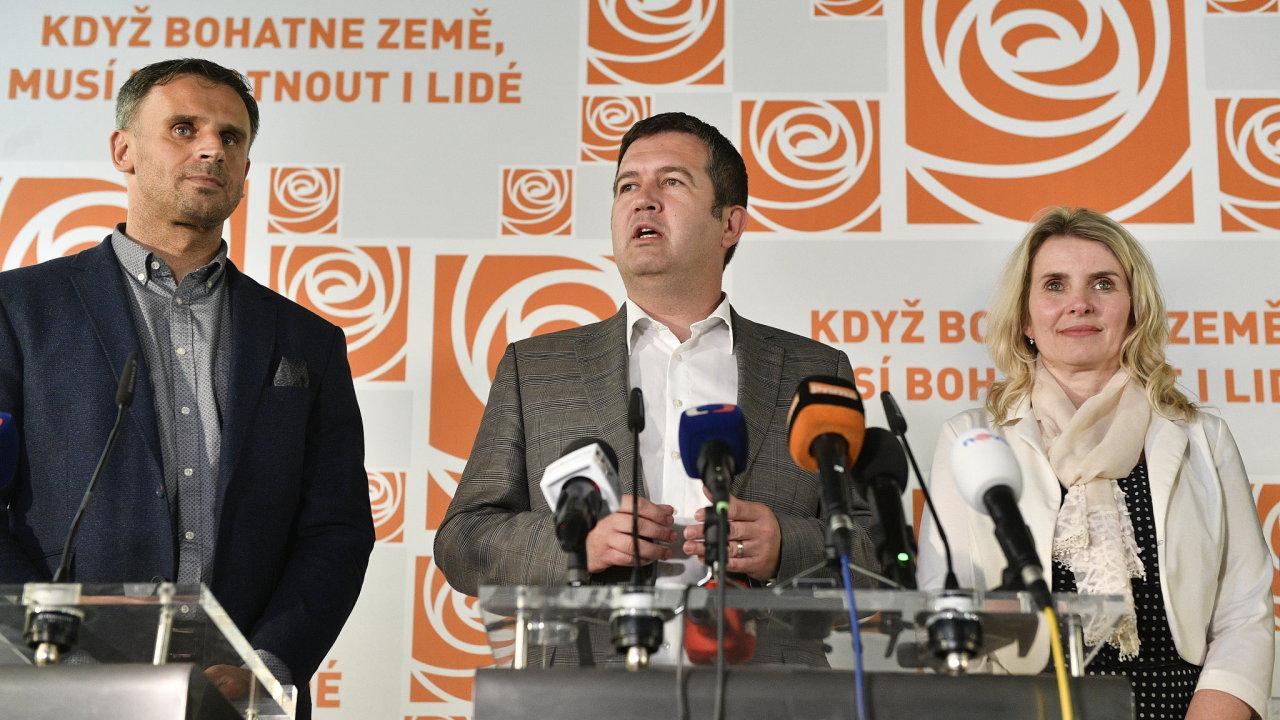 Předseda ČSSD Jan Hamáček (uprostřed) hovoří na tiskové konferenci po jednání předsednictva sociální demokracie 15. června 2018 v Lidovém domě v Praze. Hamáček oznámil, že ČSSD v referendu schválila v