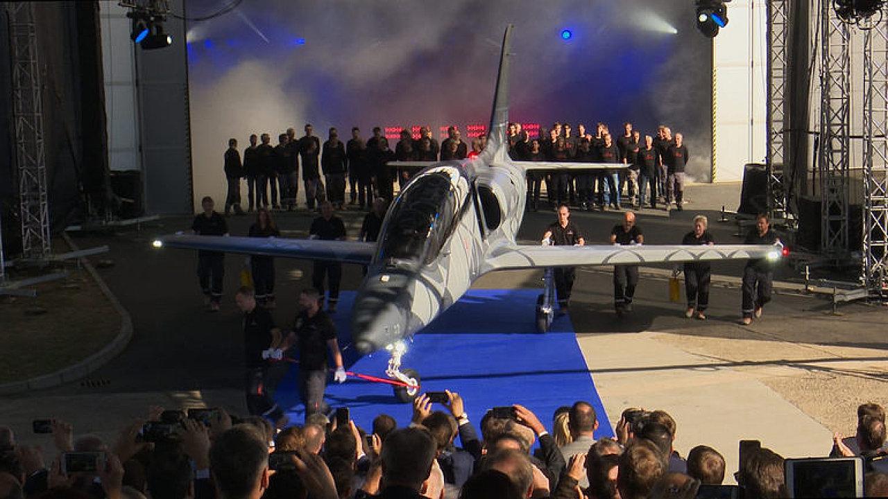 Vynořil se z mlhy. Aero Vodochody poprvé ukázaly nový český letoun L-39NG