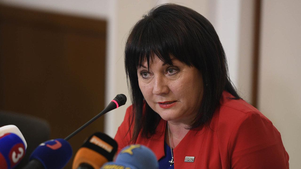 Změna postoje: Ministryně financí Schillerová ještě minulý týden tvrdila, že vazba mezi odměnami úředníků adoměřenou daní neexistuje. Včera obrátila avše chce prošetřit.