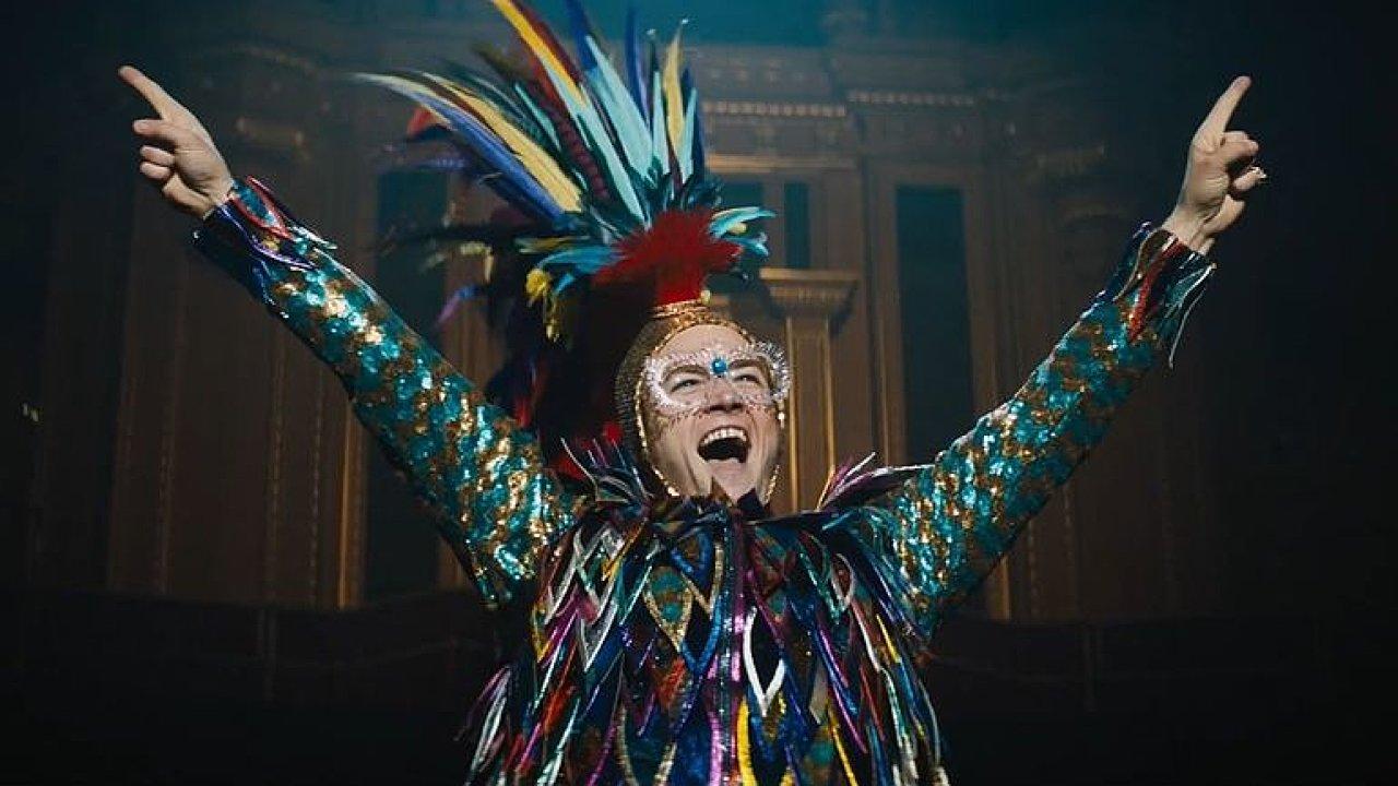 Rocketman je fantazie o Eltonu Johnovi. Film utíká od smutku k zábavě.