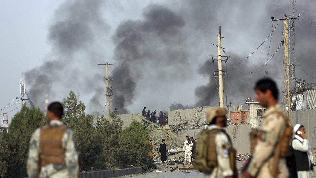 Útok tálibánského sebevražedného atentátníka si v afghánské metropoli Kábulu vyžádal život příslušníka americké armády a 11 dalších lidí.