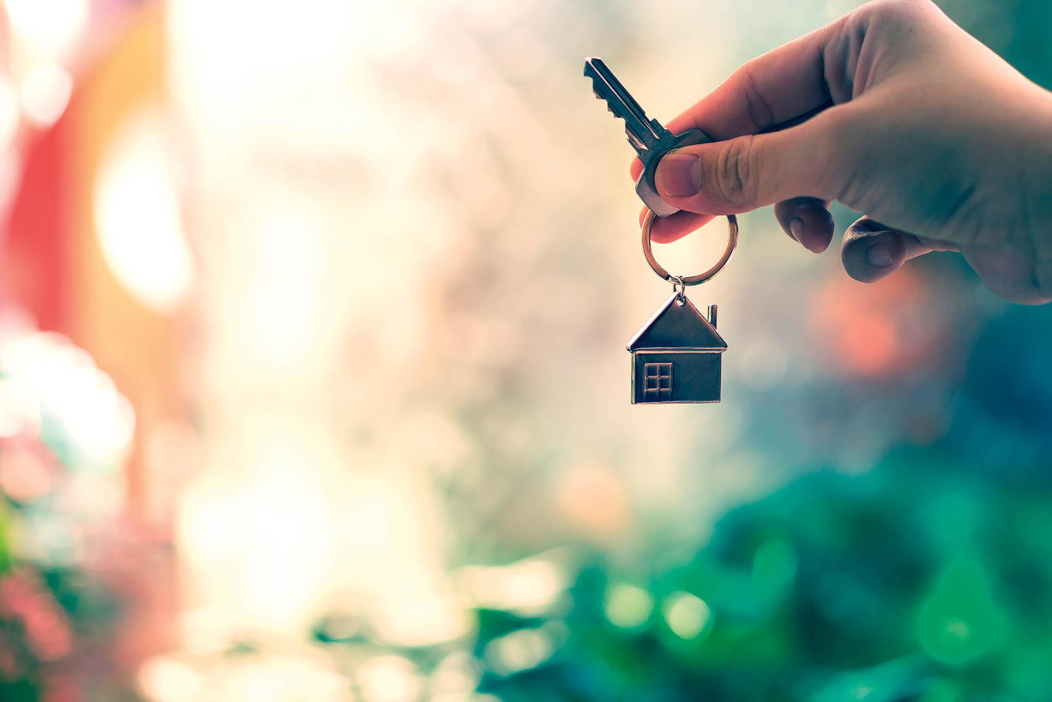 Pro ty, kteří nahypotéku nedosáhnou, může být řešením zastavení další nemovitosti, která nemusí být ani přímo vjejich vlastnictví.