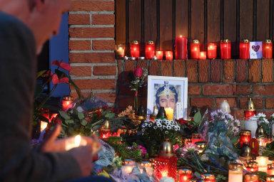 Na snímku lidé zapalují svíčky před vilou Karla Gotta na pražské Bertramce.