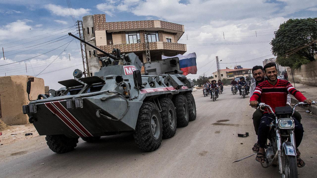 Dozor vSýrii. Ruští vojenští policisté hlídkují vseverní Sýrii apomáhají zajistit stažení oddílů syrských Kurdů. Rusko postupuje podle dohody mezi Vladimirem Putinem aRecepem Tayyipem Erdoganem.