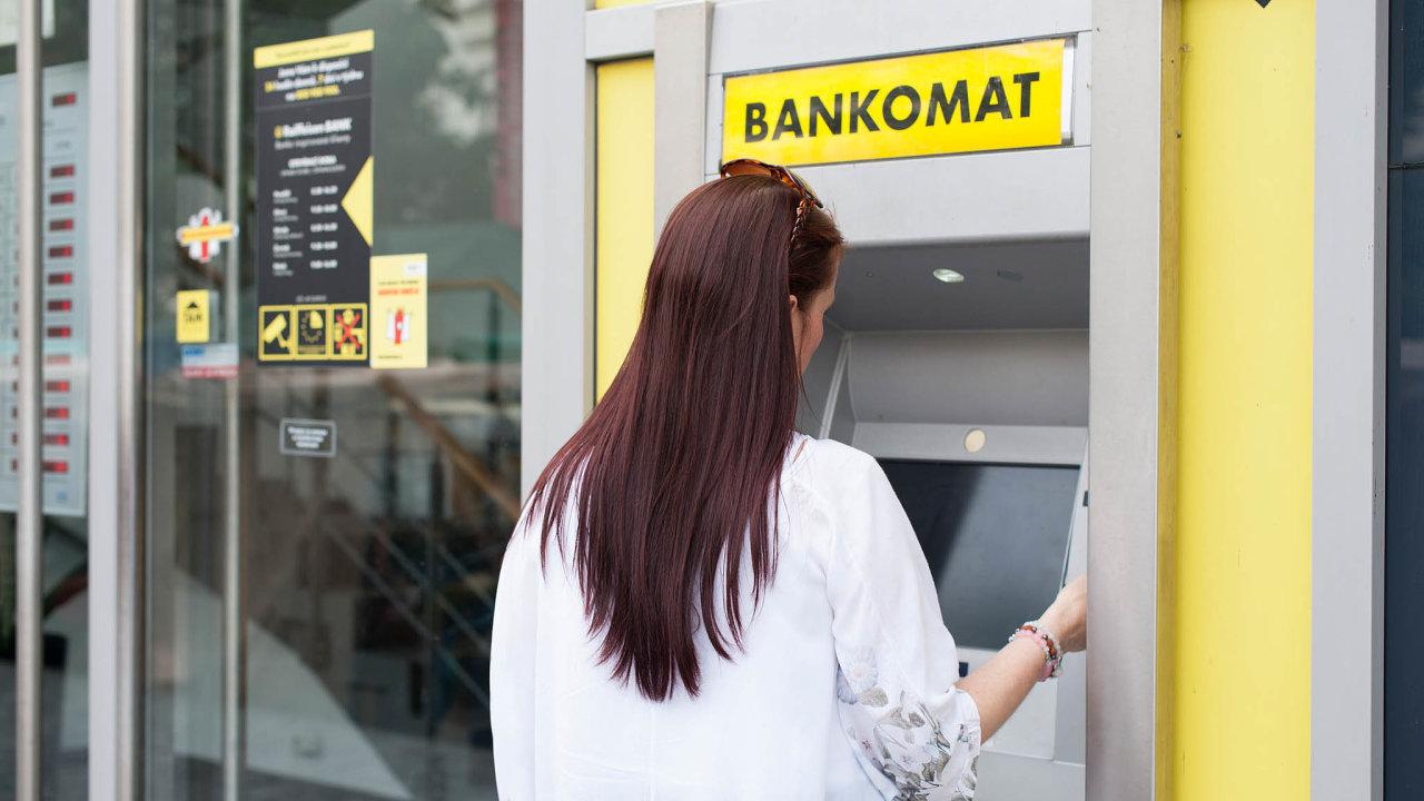 Zatímco unijní průměr podle statistiky Evropské centrální banky před rokem dosahoval 830 bankomatů namilion obyvatel, vČesku byl 482.