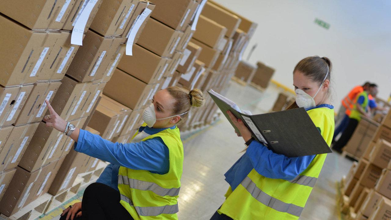 Jen srouškou: Zaměstnanci Foxconnu expedují servery určené pro nemocnice, jako například součásti krevních analyzátorů.
