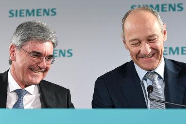 Roland Busch (vpravo) přebírá vedení koncernu Siemens od Joea Kaesera.