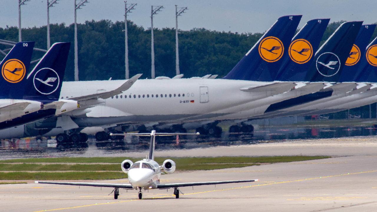 Ikdyž Lufthansu tíží dluhy zhruba pět miliard eur, tržní hodnota jejích dceřiných firem ahodnota leteckého parku se stále blíží deseti miliardám eur.