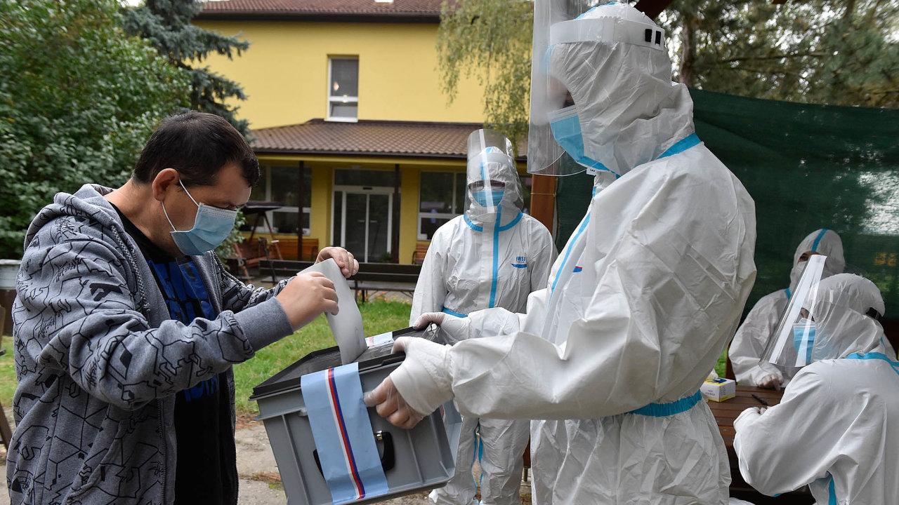 Oficiálně sice krajské a senátní volby začínají až dnes. První voliči ale kvůli koronaviru mohli své hlasy do uren házet už ve středu a ve čtvrtek. Snímek je z Domova Horizont v Kyjově.